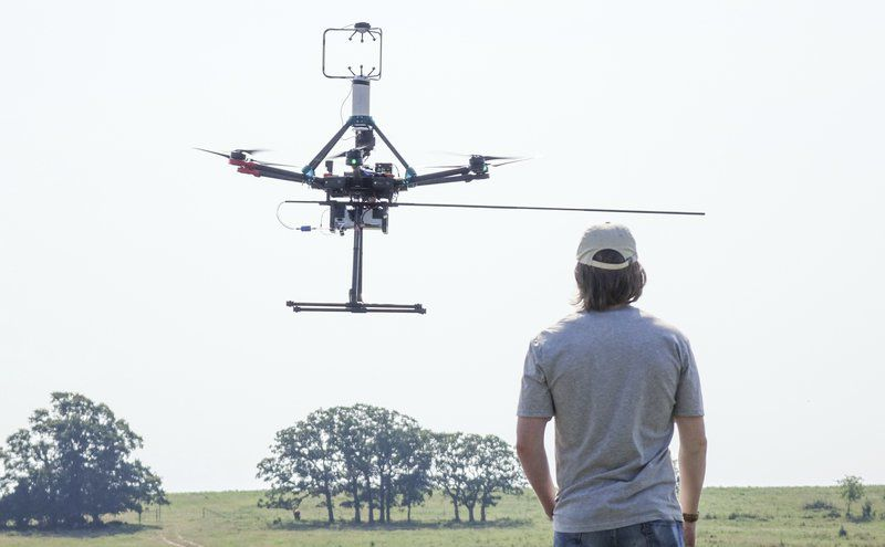 Pengecekan Drone Untuk Hindari Drone Jatuh (Gambar : Stillwater News)