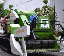 (Memanen padi lebih cepat dengan Indo Combine Harvester / Gambar : http://www.litbang.pertanian.go.id/)