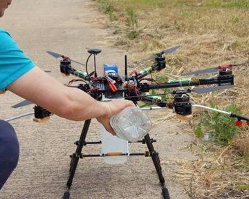 (Salah satu fitur andalan drone untuk pertanian: melakukan penyemprotan / Gambar : Youtube Peter Bae)